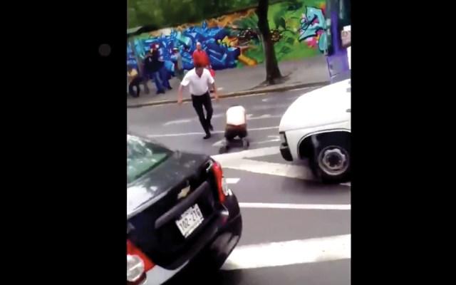 #Video Conductor de microbús golpea a automovilista en Tlalpan - Captura de pantalla