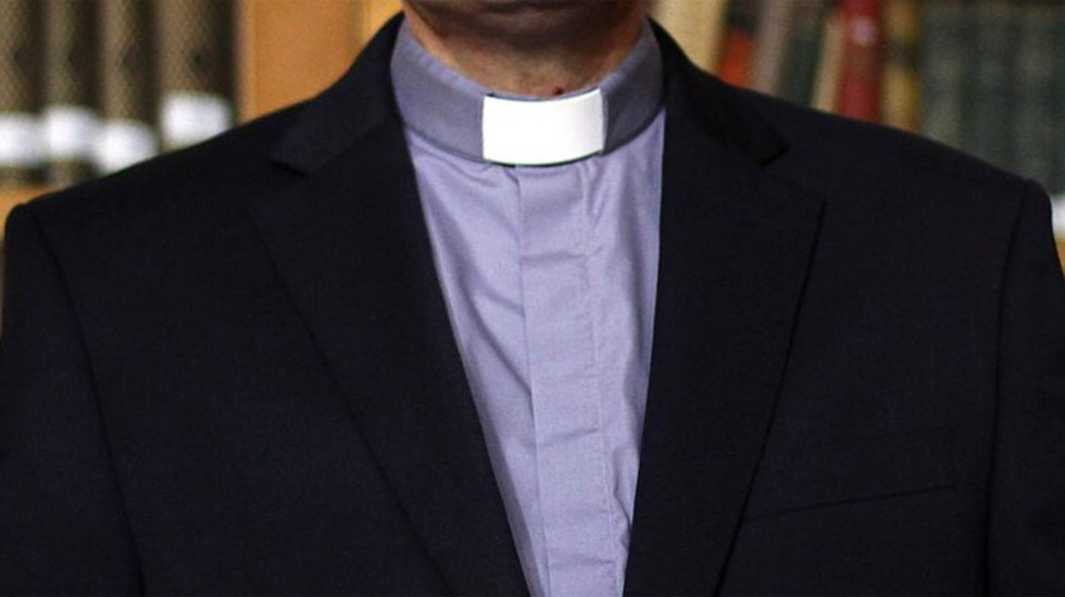 Iglesia chilena retira estado clerical a cura culpable de abusos a menores - Sacerdote. Foto de biobiochile.cl