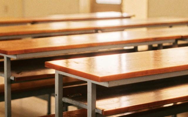 Suspenden clases en Sonora por lluvias y heladas - Salón suspensión de clases escuela bancas