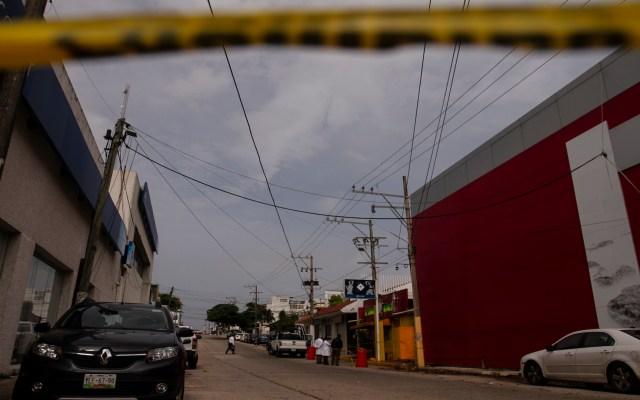 Violencia apaga Grito de Independencia en algunos municipios - Elementos periciales de la Fiscalía General del Estado durante sus labores en el bar Caballo Blanco. Foto de Notimex, Ernesto Álvarez.