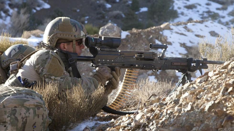 Fabricantes de armas, detrás de militarización de la frontera de EE.UU - Soldado en posición pecho tierra apuntando con ametralladora mediana. Foto de General Dynamics Corporation