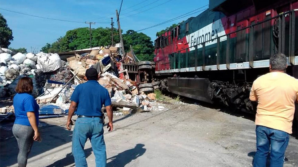 Tren impacta a tráiler que intentó ganarle el paso en Veracruz - tren choca con tráiler en veracruz