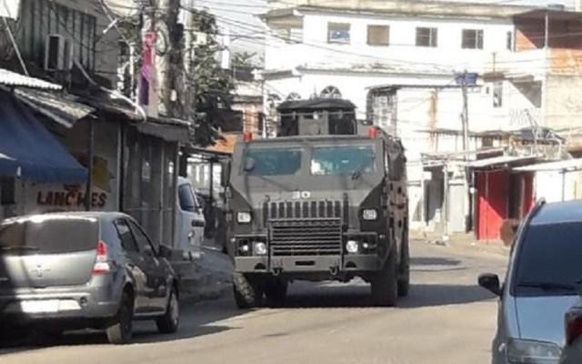 Operación antidrogas deja cinco muertos en Río de Janeiro - Vehículo blindado del Ejército de Brasil. Foto de @vozdacomunidade