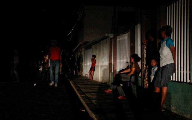 Varios estados de Venezuela empiezan a recuperar electricidad tras falla - Foto de EFE