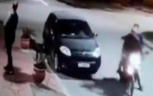 #Video Peatón se salva de asalto porque el ladrón es su amigo - víctima se abraza con asaltante en argentina