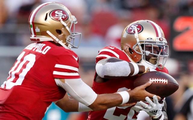 Apalea 49ers a Panthers y se mantiene el invicto - Tevin Coleman, corredor de los 49ers de San Francisco, quien anotó cuatro 'touchdowns' en el triunfo de su equipo 51-13 sobre los Panthers de Carolina. Foto de EFE/John G. Mabanglo/Archivo..
