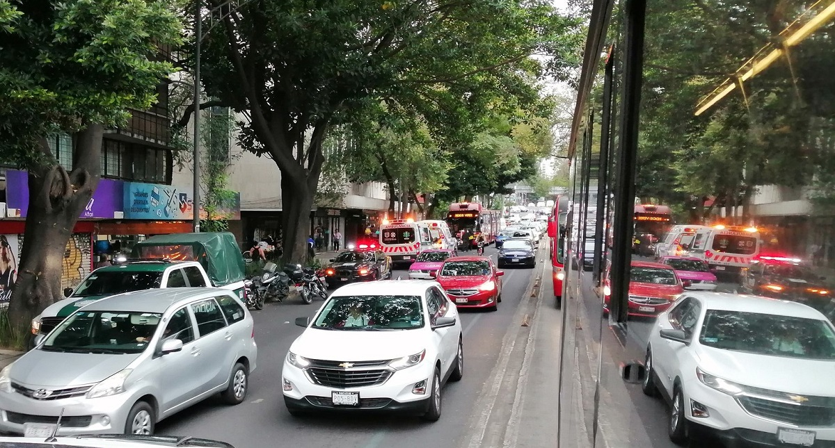 Accidente entre Metrobús y taxi sobre Insurgentes Sur. Foto de @JoseMan85742151