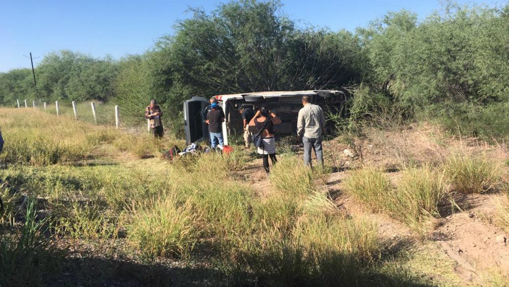 Operarán a dos reporteros accidentados en Sonora - Camioneta que volcó con diez reporteros en Sonora. Foto Especial