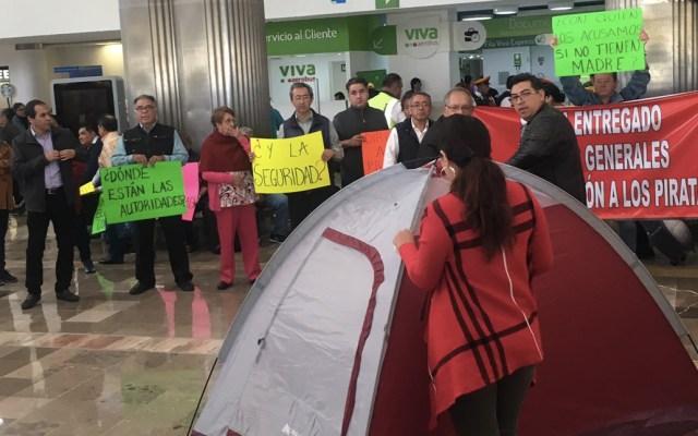 Taxistas bloquean Terminal 1 y 2 del AICM - Foto de @amigagonadita