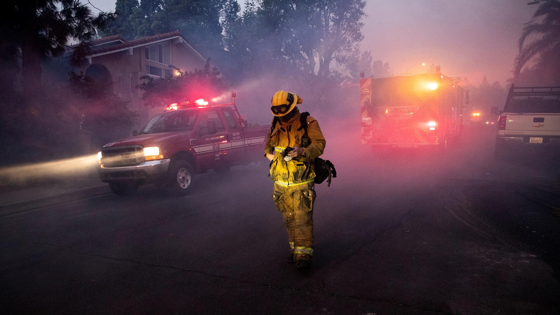 Bomberos atienden desde la noche del jueves una conflagración en Los Ángeles. Foto de EFE