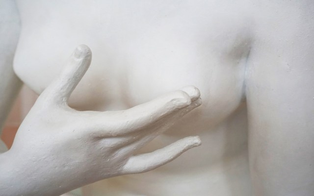 Cáncer de mama asesina a 10 mujeres al día en México - Estatua que alude al cáncer de mama. Foto de Victoria Strukovskaya / Unsplash