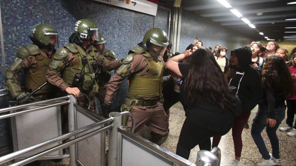 Image result for toque de queda del ejercito en santiago de Chile