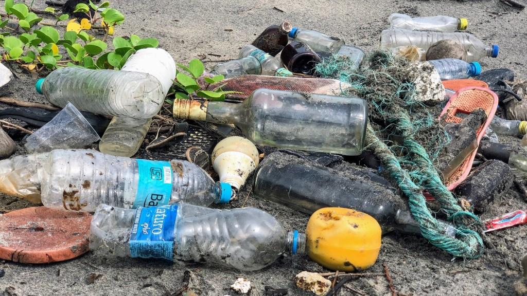 Greenpeace expone las 'falsas soluciones' de empresas a la contaminación plástica - Contaminación plástica en el mar. Foto de John Cameron / Unsplash