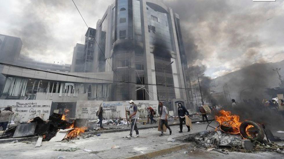 Manifestantes toman e incendian Contraloría de Ecuador - Manifestantes toman e incendian Contraloría de Ecuador