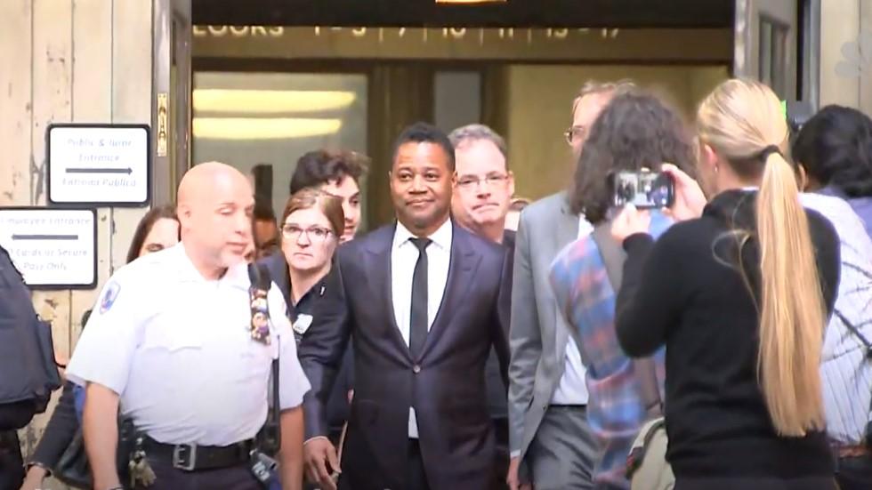 Cuba Gooding Jr. al ser dejado en libertad tras entregarse a la policía en junio pasado. Captura de pantalla / NBC News
