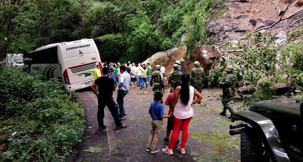 Lluvias provocan deslave de rocas en carretera de Puerto Vallarta - Deslave en Carretera Federal 200 de Jalisco. Foto de @PCJalisco