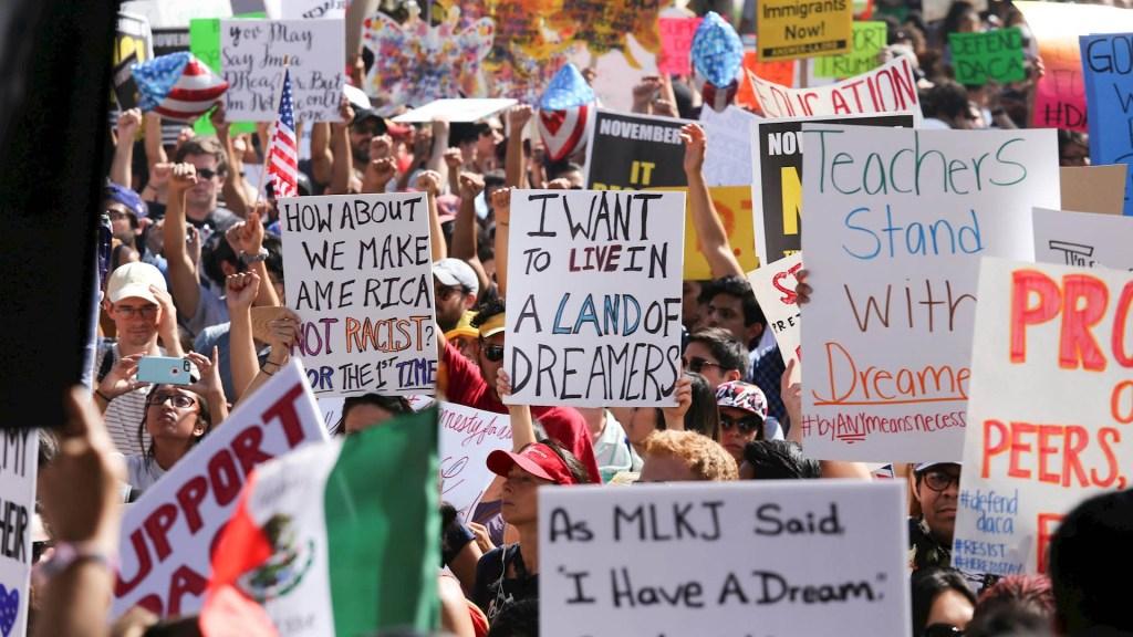 Republicanos se oponen a dar ciudadanía a millones de indocumentados - Dreamers DACA migrantes migración ciudadanía
