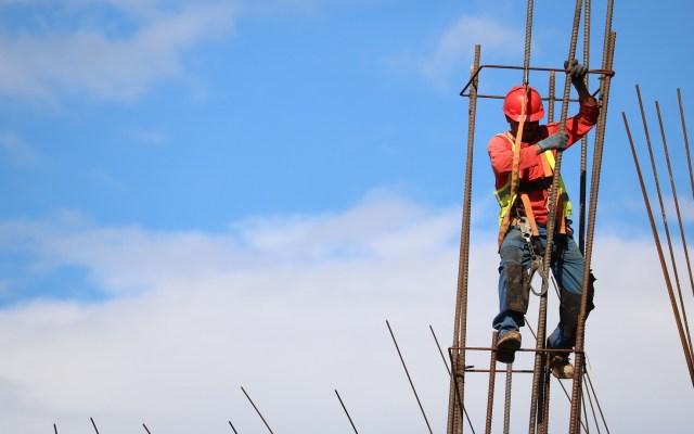 Cae 1.5 por ciento el valor de producción de empresas constructoras - Empleado de la construcción. Foto de Josue Isai Ramos Figueroa / Unsplash
