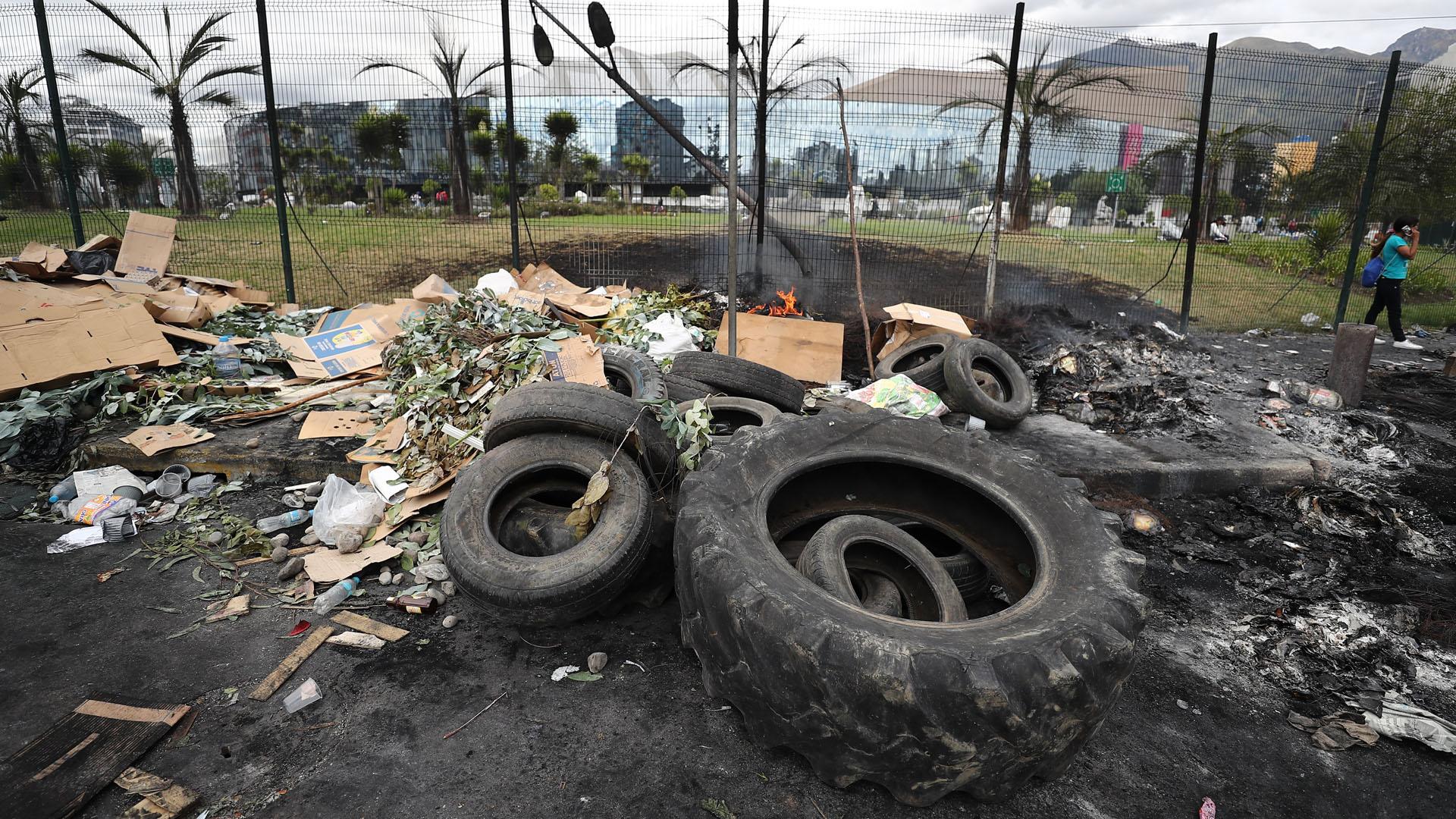 Escombros, llantas y barricadas en una calle tras los choques entre la policía y manifestantes. Foto de EFE