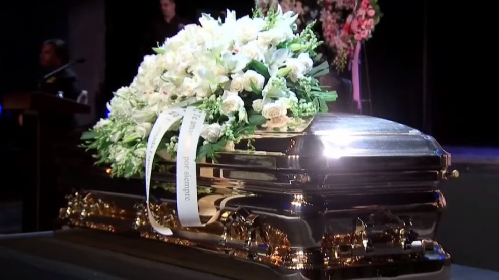 Así arreglaron a José José para su funeral - Féretro de José José. Foto de EFE