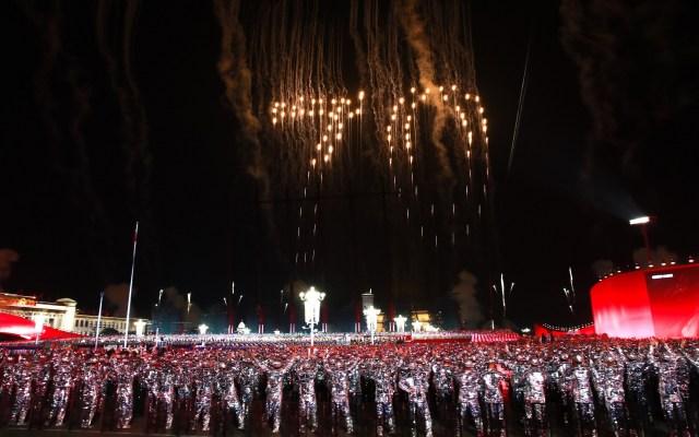 China celebra 70 aniversario de su fundación con desfile y pirotecnia - Fuegos artificiales. Foto de EFE