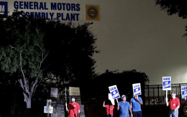 Trabajadores de GM ratifican convenio para terminar huelga - Foto de EFE