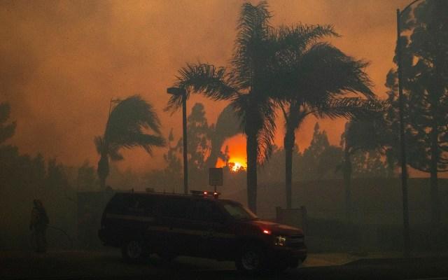 Evacuan a miles en Los Ángeles por fuerte incendio - Incendio al norte de Los Ángeles. Foto de EFE