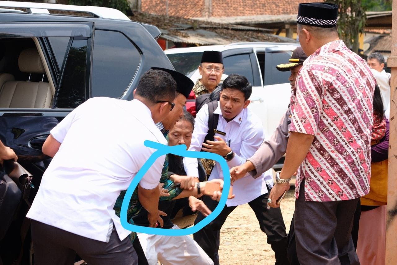 Wiranto siendo atendido. Foto de JP/Handout / thejakartapost.