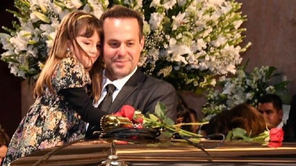Aún no sabemos si José José dejó testamento: José Joel - José Joel con su hija en último adiós de José José en Palacio de Bellas Artes. Foto de @josejoeloficial