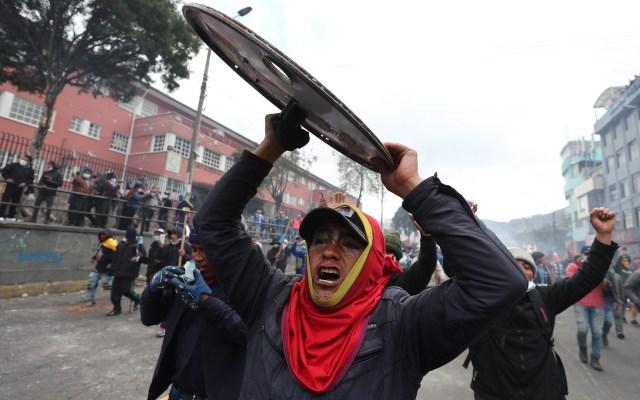 Ecuador registra pérdidas millonarias por protestas - Manifestante en calles de Ecuador. Foto de EFE