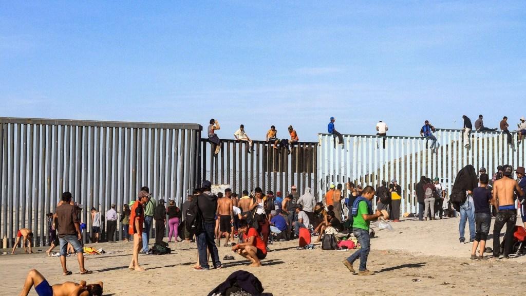 """Migrantes critican regla que les niega visa en EE.UU. por ser """"carga pública"""" - Migrantes en la Frontera México-EE.UU. Foto de EFE."""