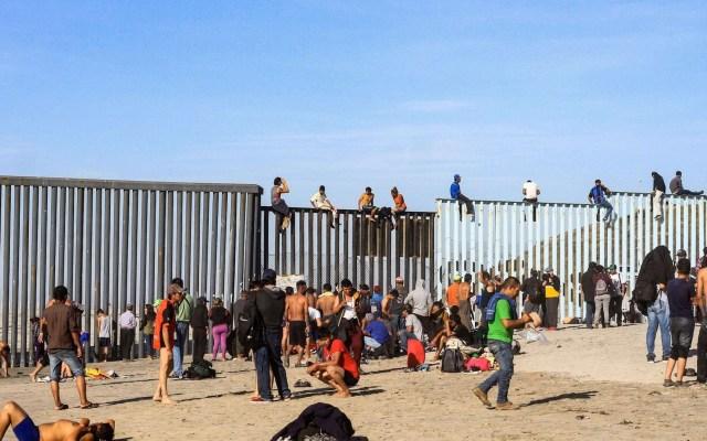 Disminuyó  74.5% cruce de migrantes a EE.UU, afirma el canciller Ebrard - Migrantes en la Frontera México-EE.UU. Foto de EFE.