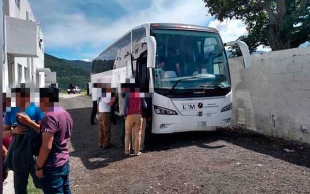 Rescatan a 98 migrantes abandonados en dos autobuses en Veracruz - Migrantes rescatados en Veracruz
