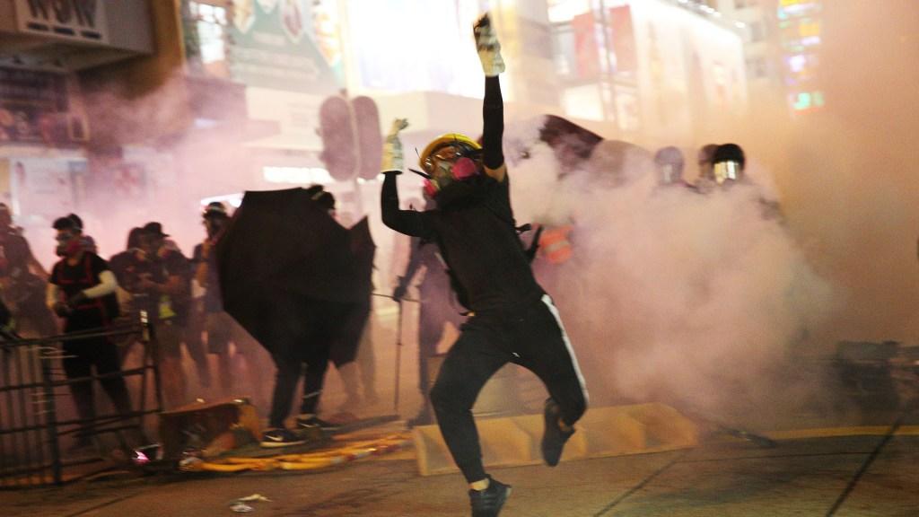 Protesta no autorizada regresa el caos a las calles de Hong Kong - Miles de personas tomaron las calles de Hong Kong a pesar de la prohibición de manifestarse. Foto de EFE