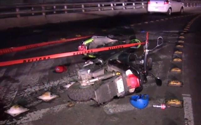 Motociclista muere tras caer del Segundo Piso del Periférico - Motocicleta contra la que otro motociclista chocó sobre el 2do Piso del Periférico. Captura de pantalla / Noticieros Televisa