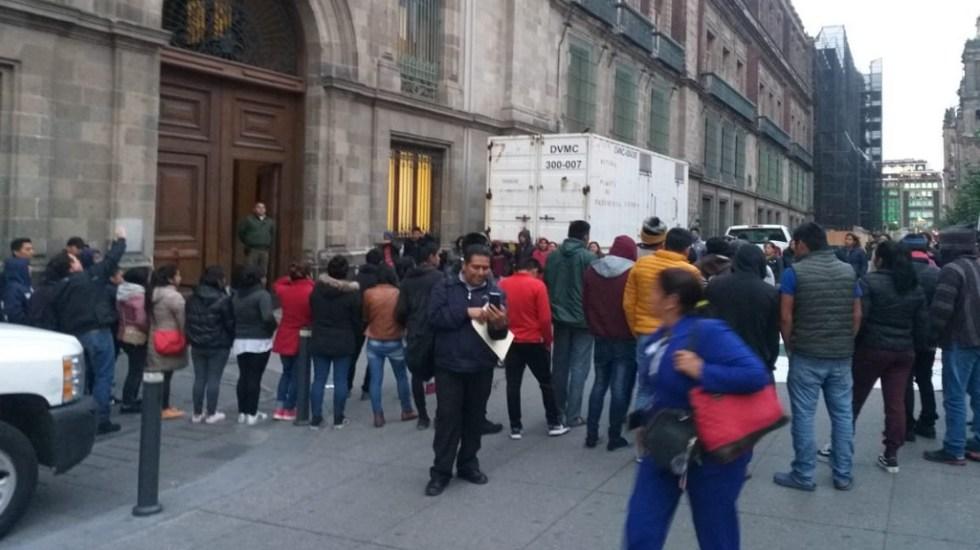 Normalistas de Chiapas se manifiestan afuera de Palacio Nacional - Normalistas de Chiapas afuera de Palacio Nacional. Foto de @Rocio_Lara89