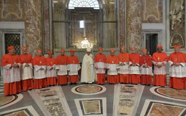Papa sentencia que deslealtad en la Iglesia es por falta de compasión - Papa Francisco junto a nuevos cardenales. Foto de Vatican News