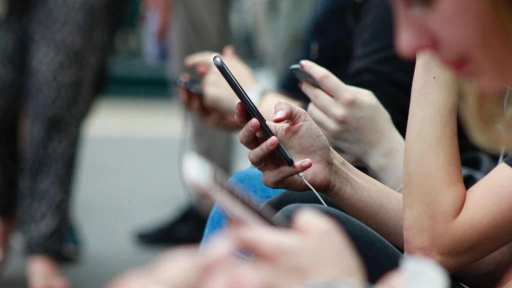 Gobierno de la Ciudad de México publica Ley Olimpia en Gaceta Oficial - Personas con su celular en la mano. Foto de Robin Worral / Unsplash