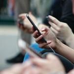 Padrón de celulares fortalece combate contra secuestro y extorsión, asegura SSPC - Personas con su celular en la mano. Foto de Robin Worral / Unsplash