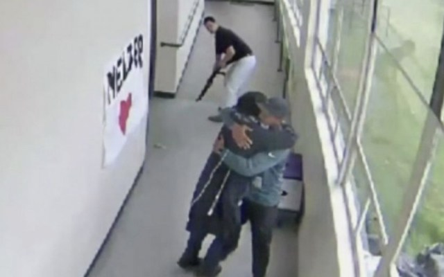 #Video Entrenador desarma a estudiante y lo abraza - Foto de ABC News