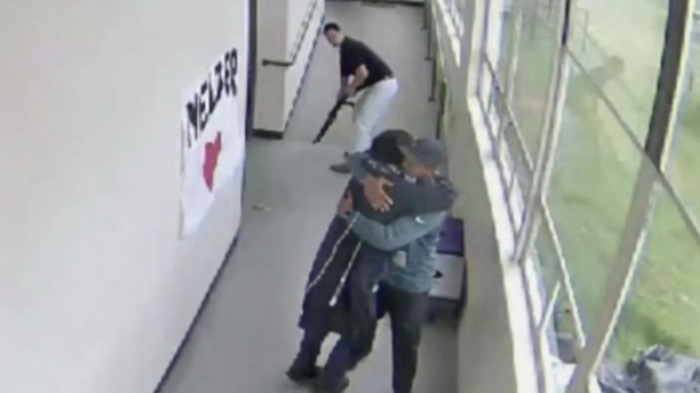 #Video Entrenador desarma a estudiante y lo abraza - Foto de ABC News