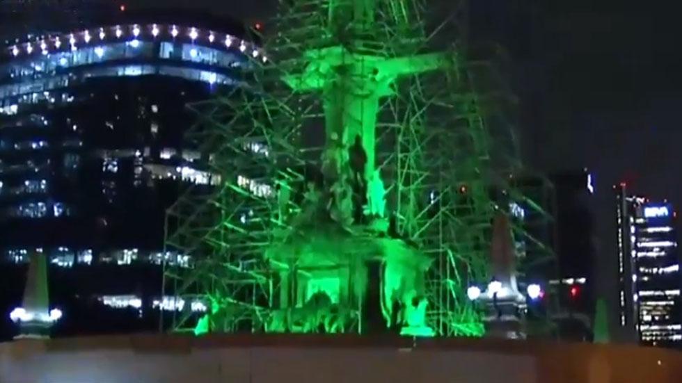 Protección a monumento sobre Paseo de la Reforma. Captura de pantalla / Noticieros Televisa