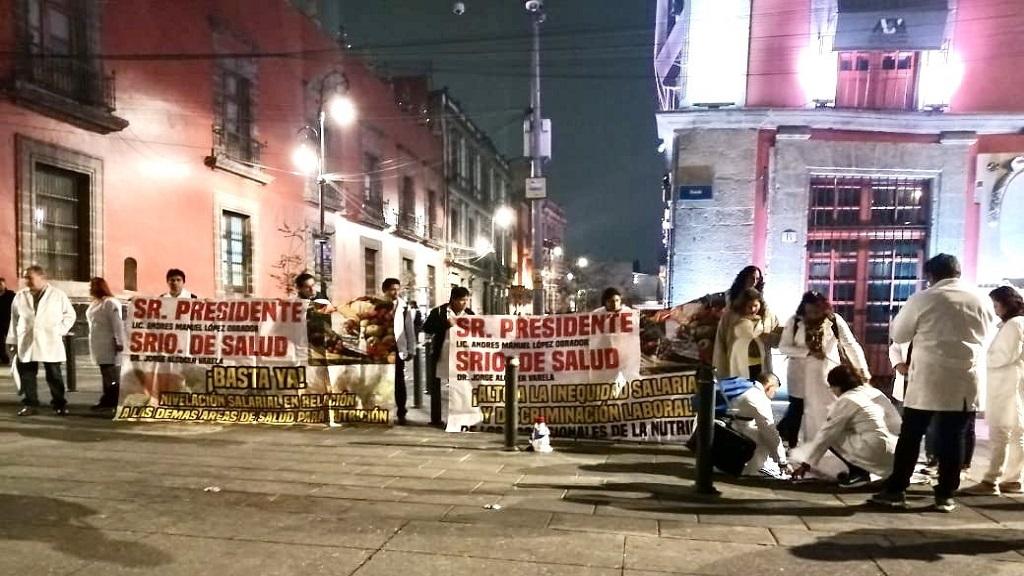 Protesta de nutriólogos. Foto de @israellorenzana