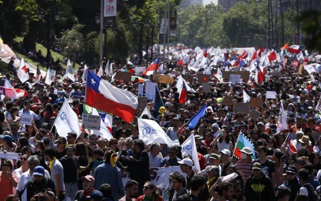 Presentan 175 demandas por saqueos durante disturbios en Chile - Manifestantes protestan contra el Gobierno por sexto día consecutivo este miércoles, en el centro de Santiago, Chile. Foto de EFE/Alberto Valdes.
