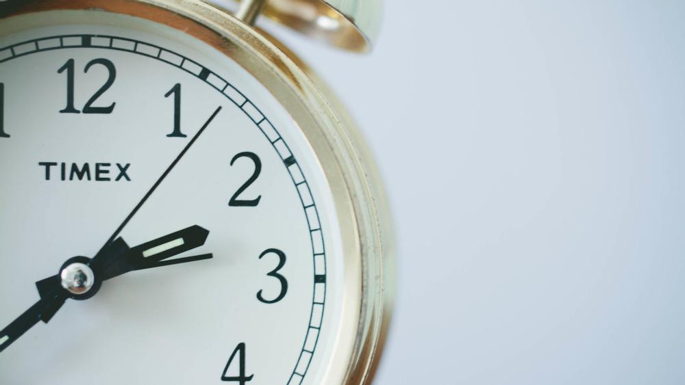 Este domingo termina horario de verano; atrase su reloj antes de dormir - Foto de Sonja Langford para Unsplash