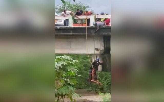 #Video Rescatan a hombre atrapado por el paso de Narda en Puerto Vallarta - Rescate de hombre en Puerto Vallarta