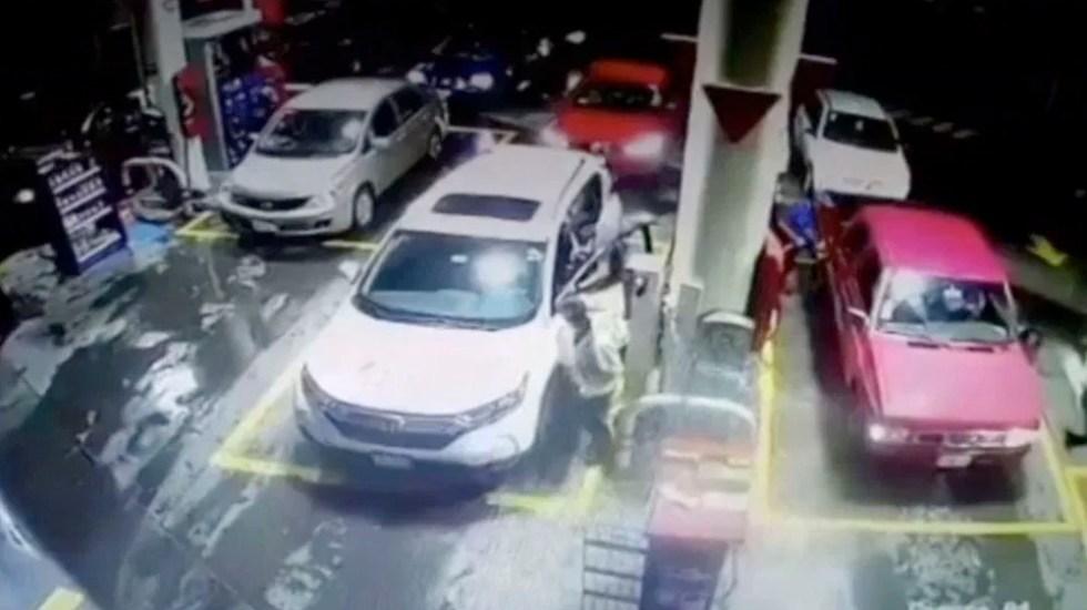 #Video Roban camioneta a mujer en gasolinera - #Video Hombres armados roban camioneta a mujer en gasolinera