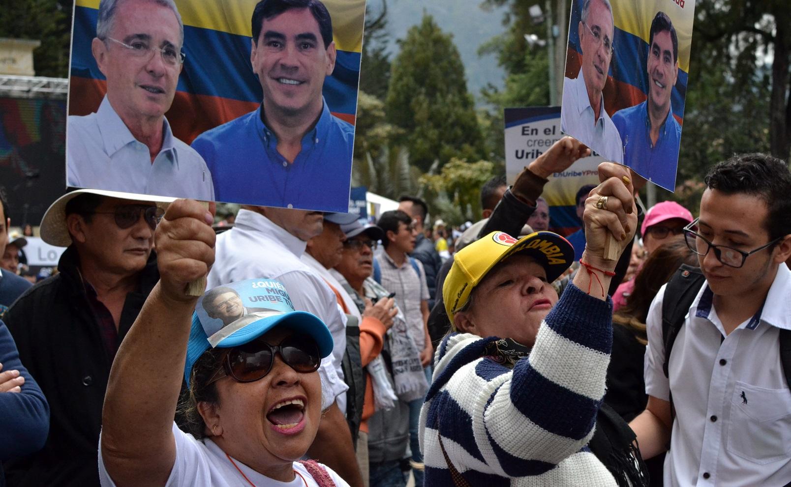 Simpatizantes de Uribe afuera de la corte. Foto de EFE