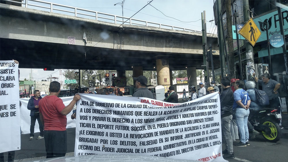 Manifestantes bloquean Tláhuac; piden revocación de Clara Brugada - Manifestantes bloquean Tláhuac; piden revocación de Clara Brugada