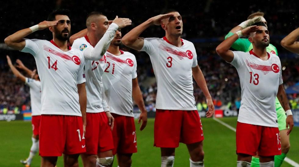 Jugadores de Turquía vuelven a hacer polémico saludo militar